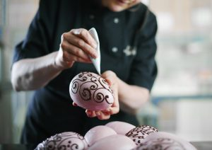 Hand-piping-Easter-Eggs-1500